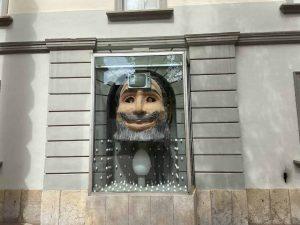 Esculutura de arte en la pared exterior del museo salvador Dalí