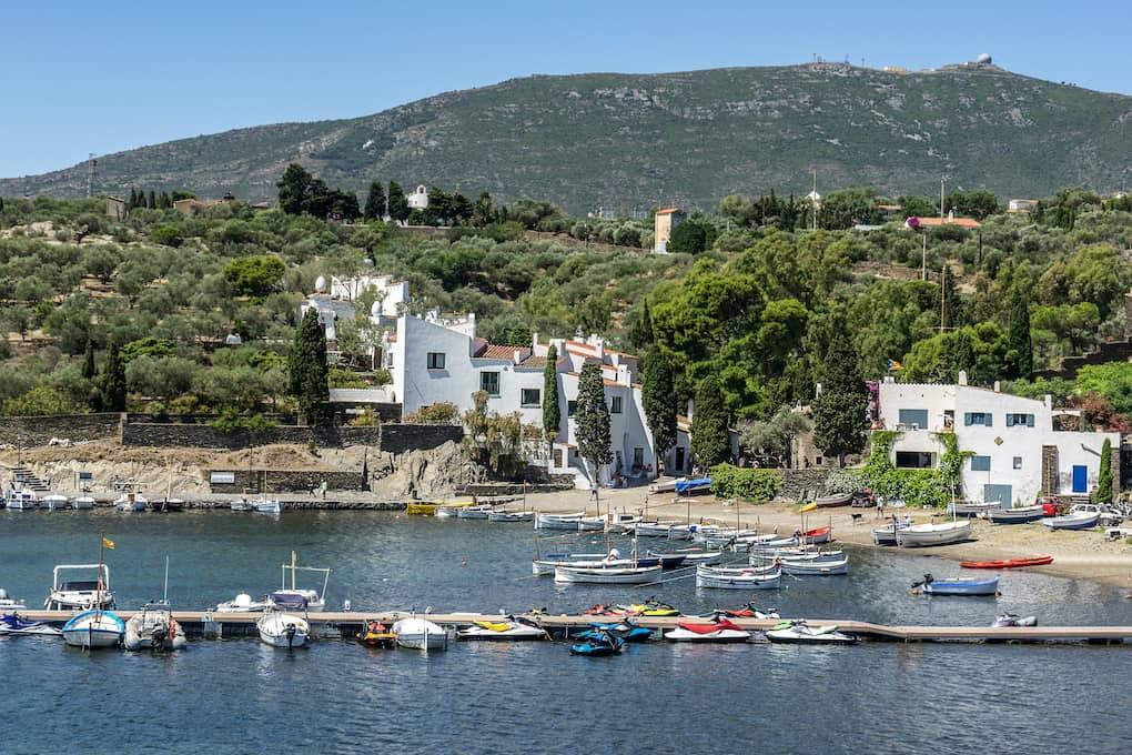bahia de port lligat desde el mar con casas museo dali de fondo