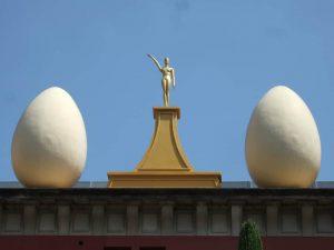 Dos huevos de Dalí con una escultura en el medio