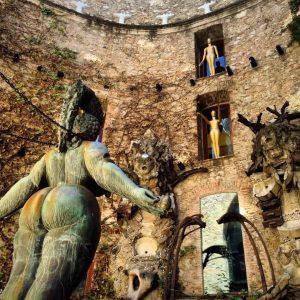 Esculturas surrealsitas en un patio interior del museo salvador Dalí