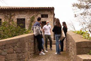 Turistas con un guía en un lugar empedrado de Girona