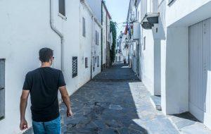 Chico caminando por las calles de cadaqués en una visita guiada