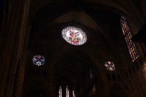Visita guiada en nave de estilo gótico con vitrales de la catedral de girona