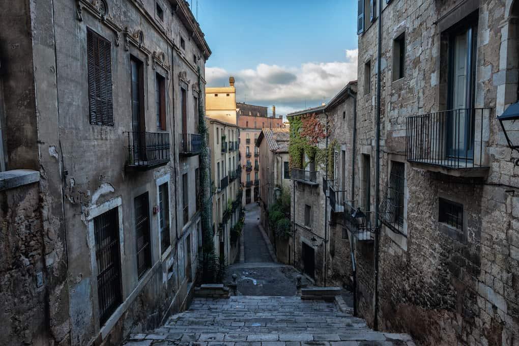 Escalinata, de Sant Martí Sacosta en el barri vell de girona, rodeada de edificios en los laterales