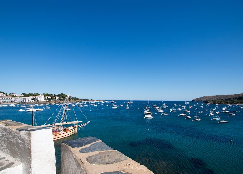 vistas de la bahía de Cadaqués repleta de barquitos pequeños