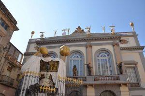 Escultura surrealista en frente del museo Dalí de Figueras