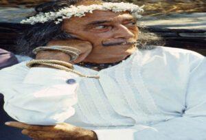 imagen de la Expo Salvador Dalí vestido de blanco