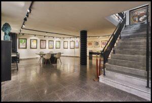 Sala con exposiciones de la Expo Dalí y una estatua de Dalí