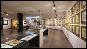 Exposición de obras originales de Dalí expuestas en la pared