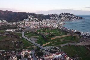 panorámica de la ciudadela militar y la bahía de roses